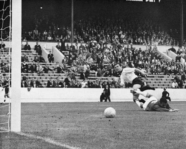 Franz Beckenbauer segna in una partita contro la Svizzera nel 1966. La Germania Ovest vinse 5-0. (AP Photo)