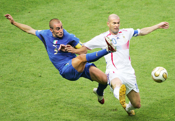 Fabio Cannavaro lotta con il francese Zinedine Zidane nella finale di Coppa del Mondo del 2006 in Germania. (Associated Press/Michael Probst)