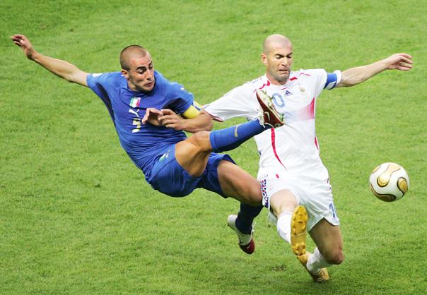 Fabio Cannavaro lotta con il francese Zinedine Zidane nella finale di Coppa del Mondo del 2006 in Germania. (Associated Press/Michael Probst)