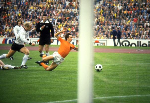 Johan Cruyff subisce fallo da un giocatore della Germania Ovest durante la finale di Coppa del Mondo del 1974. La Germania Ovest vinse la partita 2-1. (Allsport UK/Allsport)